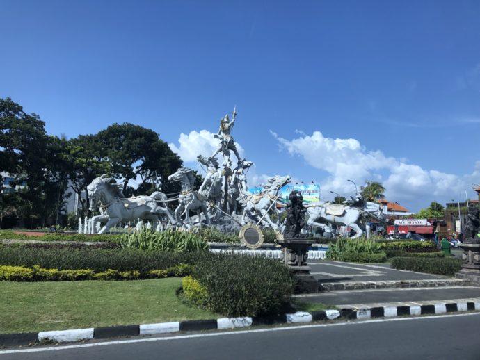 ウブド道路わきの巨大像
