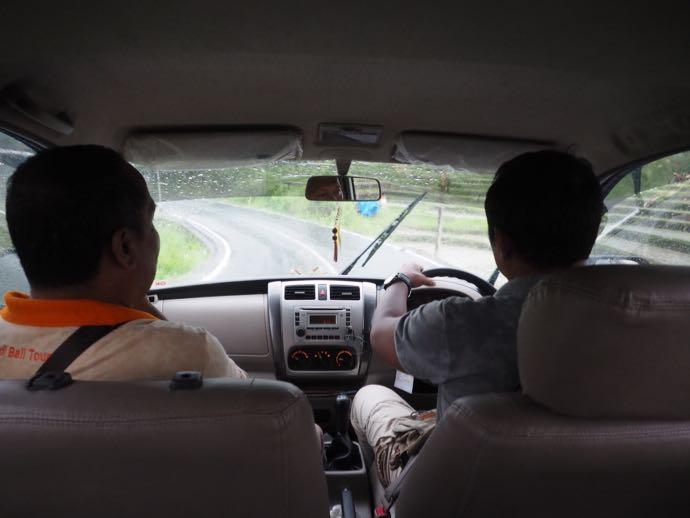 ツアーの車内で談笑するドライバーとガイド