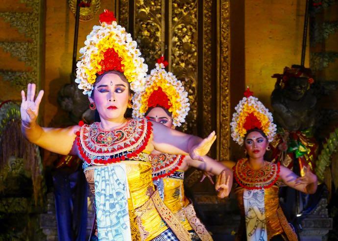 バリ舞踊の踊り手