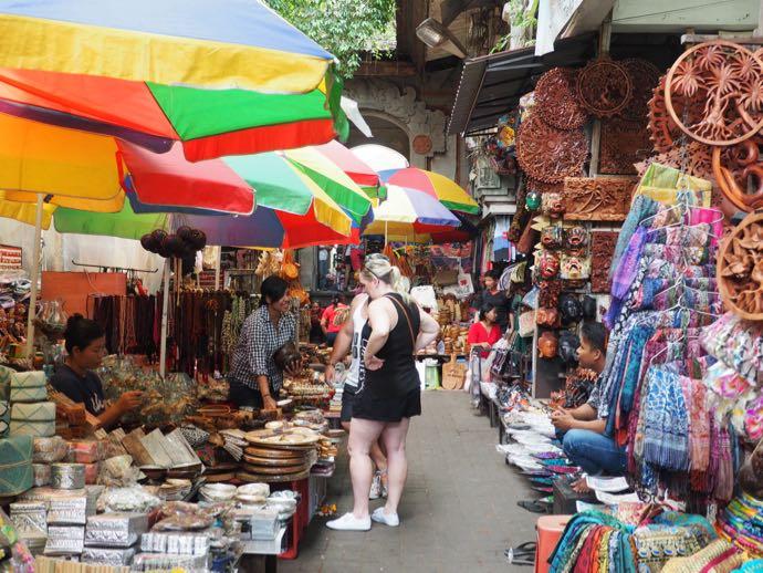 バザールでショッピングする女性