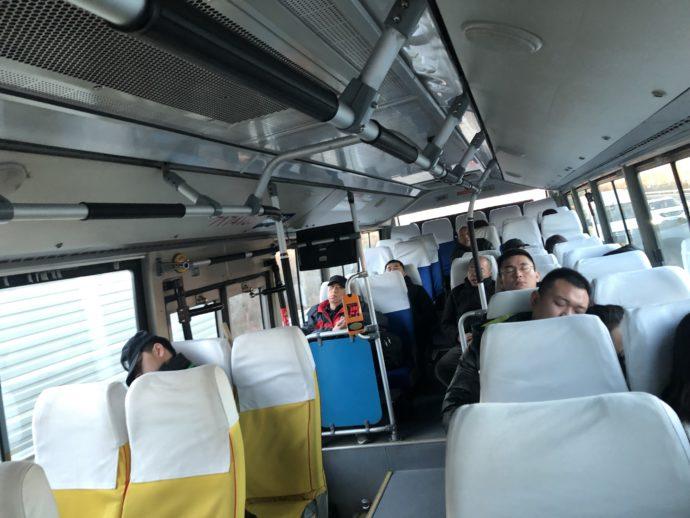 916快路のバス車内の人