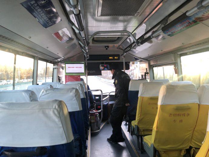 916快路のバス車内