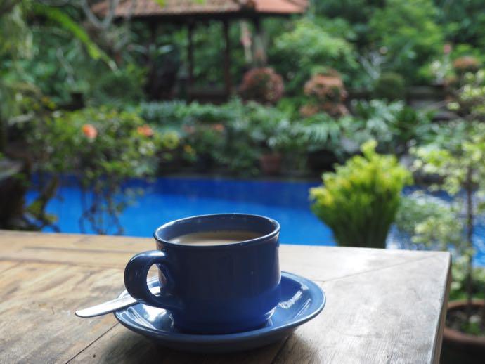 ホテルのプールサイドで飲むコーヒー