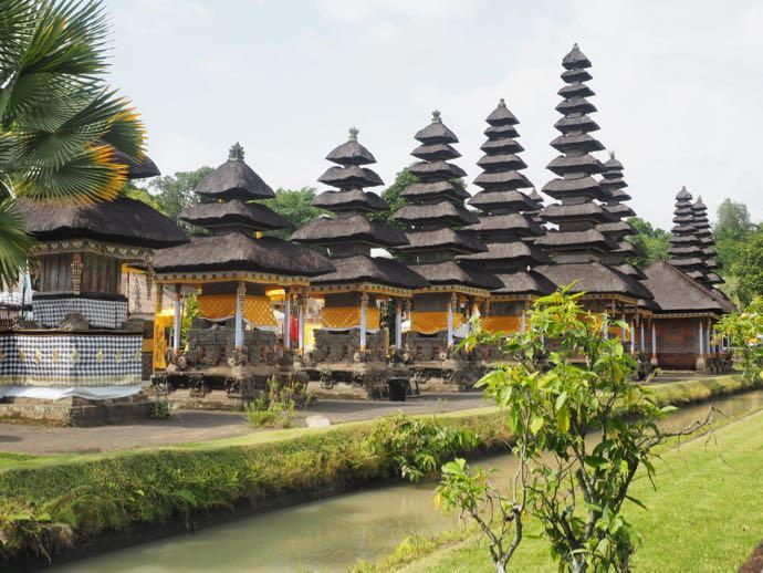 タマン・アユン寺院で整然と並ぶメル