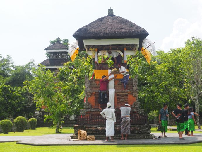 タマン・アユン寺院で祭りの準備をする男性たち