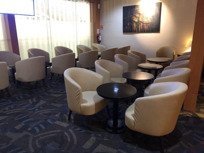 たくさんの椅子が並ぶ
