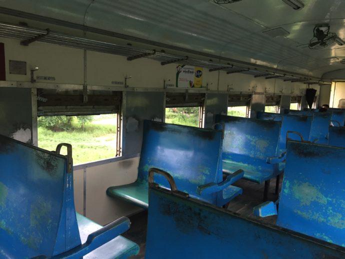 ヤンゴン環状線の車内