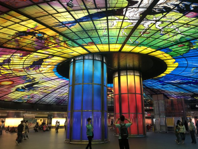 ステンドグラスの美しい美麗島駅