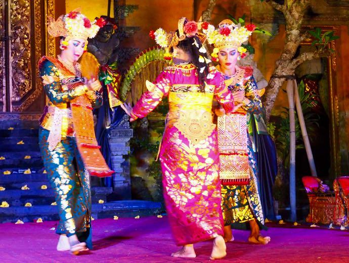 レゴンダンスを踊る女性3人