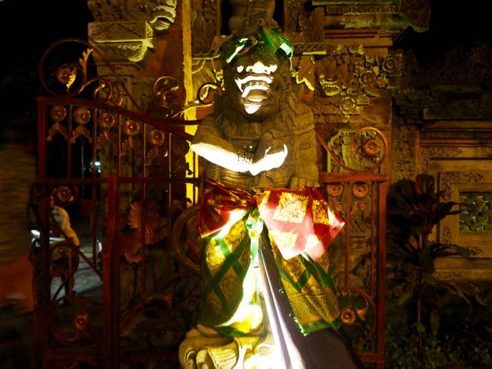 ダラム・ウブド寺院の像