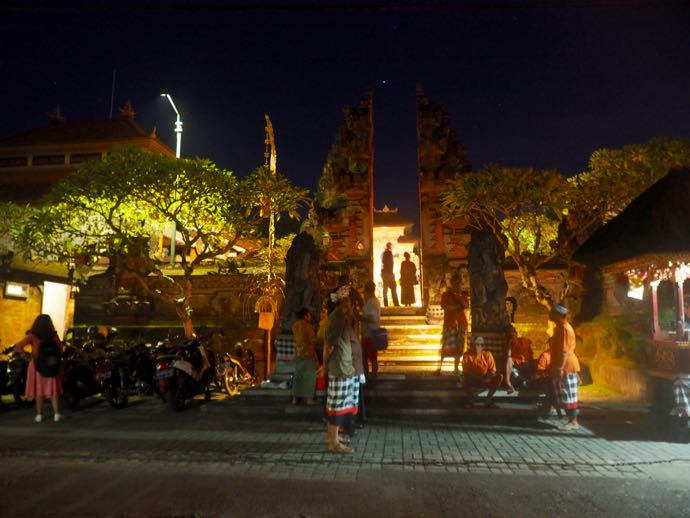 夜のダラム・ウブド寺院の入り口