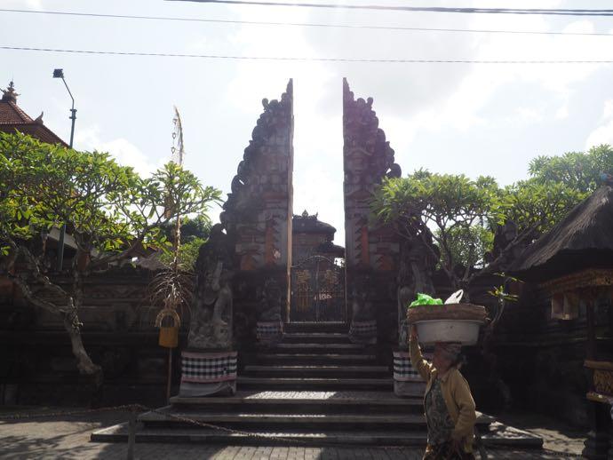 昼間のダラム・ウブド寺院の門