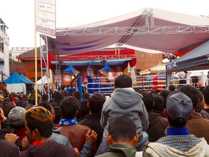 ダルバール広場でボクシング観戦する人々