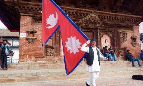 ネパール国旗を持つ陽気なおじさん