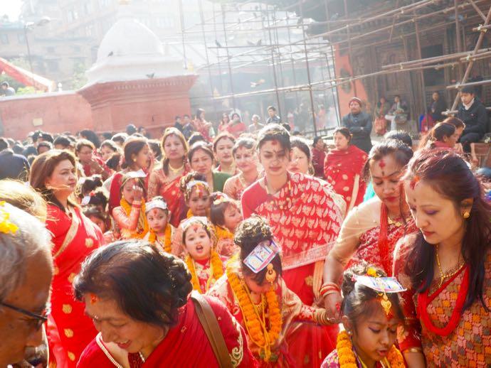 赤い衣服をまとったヒンドゥー教徒の女性たち