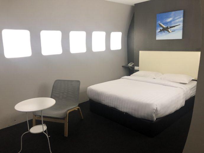機内をイメージしたホテルの室内