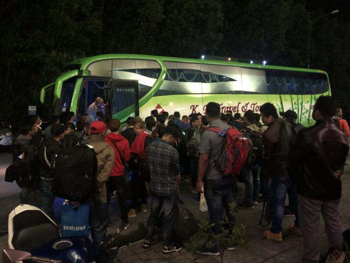 バスに並ぶ人々