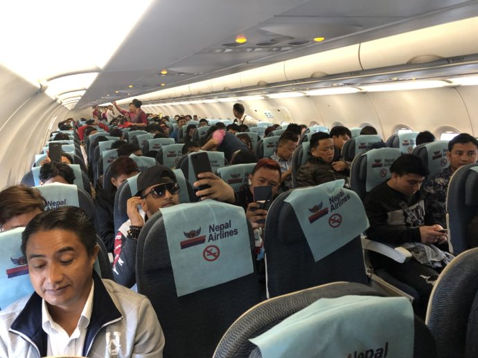 満席御礼のネパール航空機内