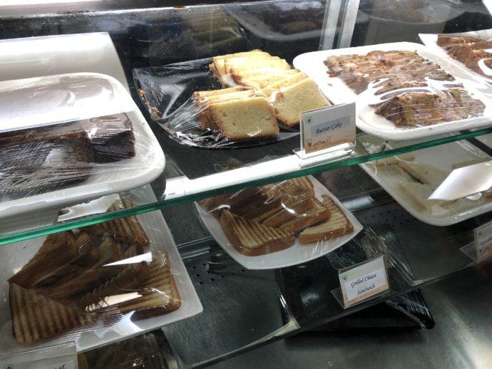サンドイッチとケーキのカウンター