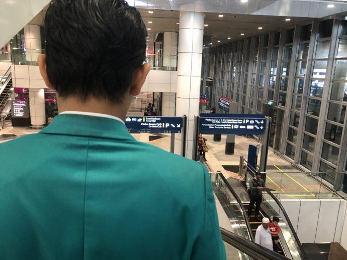 職員に連れられて空港を移動