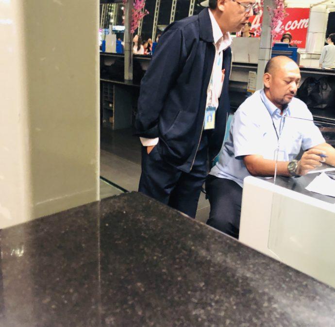 カウンターで仕事をする空港職員