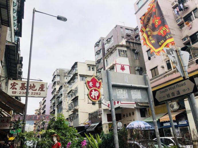 エスニック食材店が並ぶ城南道