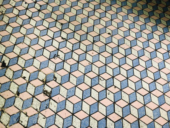 幾何学模様の床のタイル