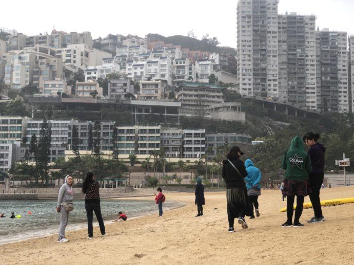 淺水湾で写真撮影する観光客