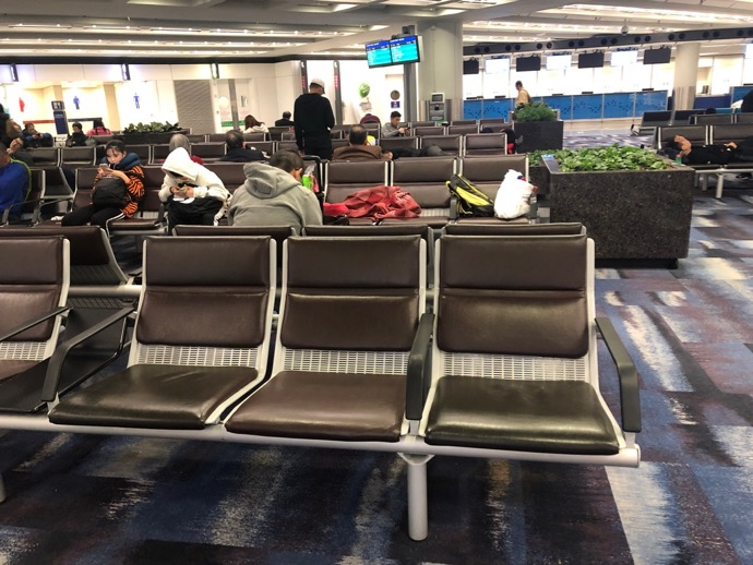 香港空港の3列ベンチシート