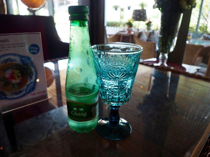 ブルーのグラスと水