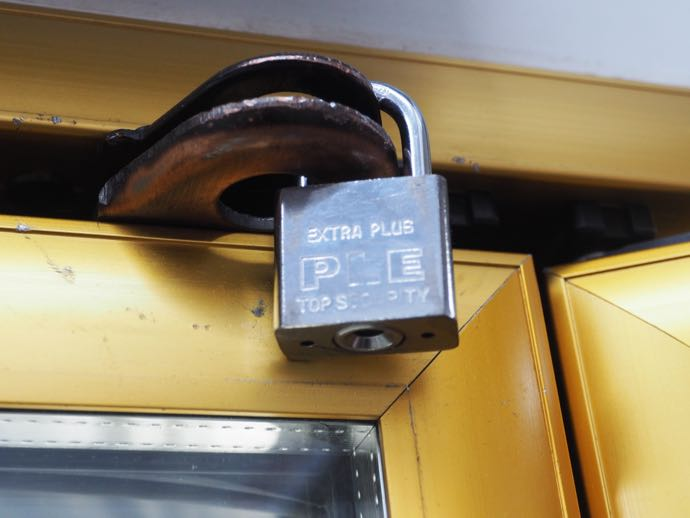 施錠された冷蔵庫