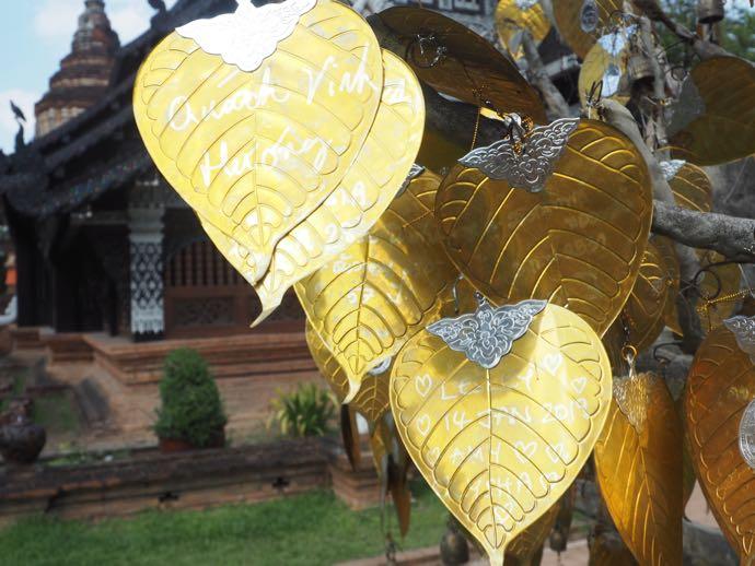 絵馬のような金色の葉っぱ
