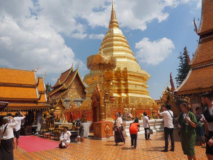 神々しい仏塔
