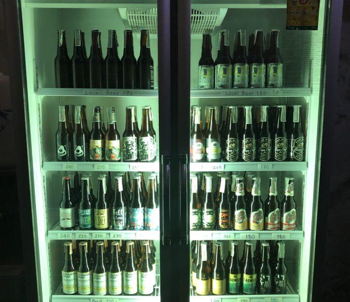 冷蔵庫の中のたくさんのクラフトビール