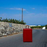 ギリシャの赤いスーツケース