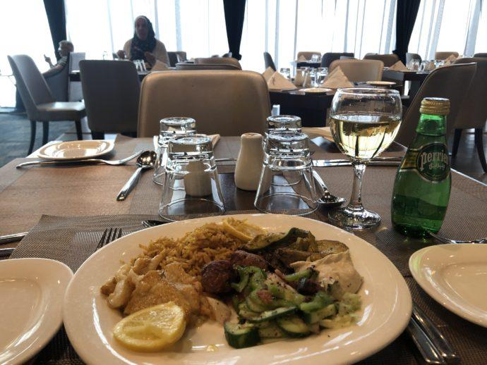 レストランで食事するような豪華なテーブル