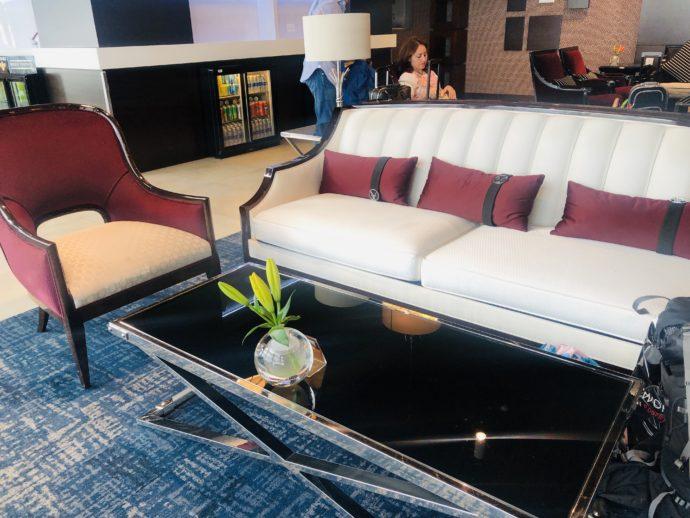 ラウンジの白いソファ