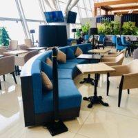 ラウンジの青いソファ