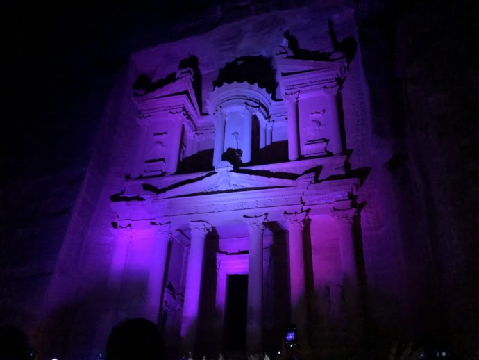 紫のライトアップのエル・ハズネ