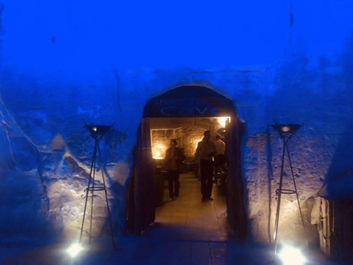洞窟バーの入り口