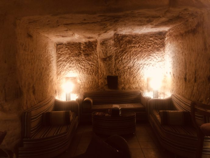 洞窟バーの内部