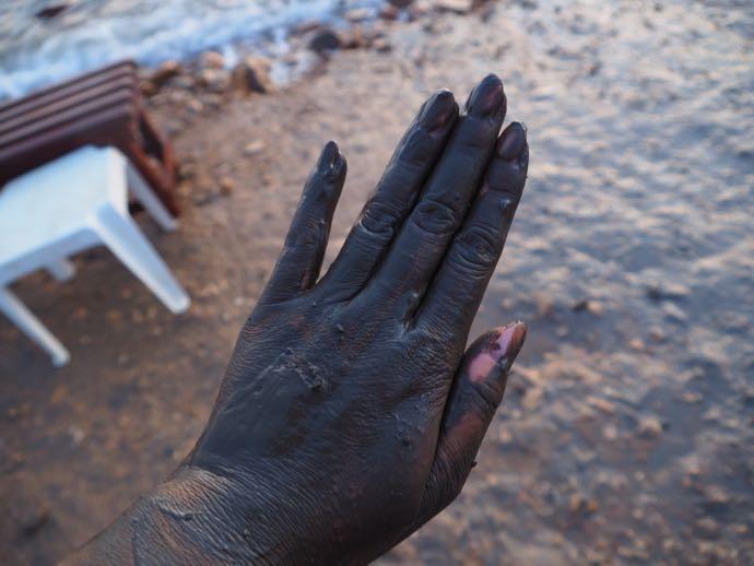 泥を塗った手