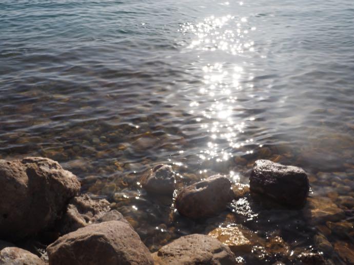 死海の透明な水