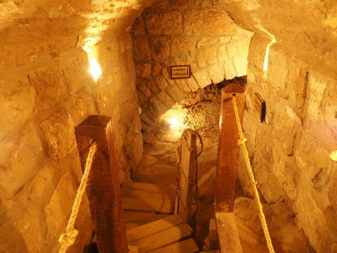 狭い道の古代トンネル