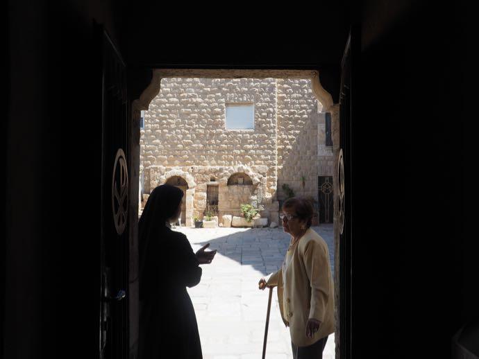 修道女と年配の女性