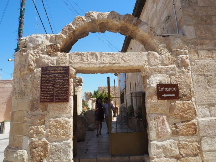 ラテン修道院の入り口