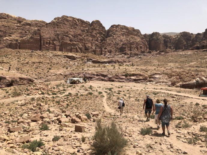 荒々しい砂漠を歩く