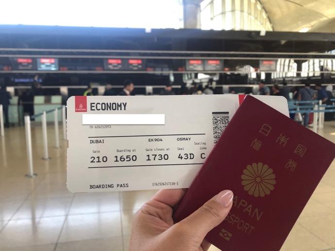 パスポートとエミレーツ航空券
