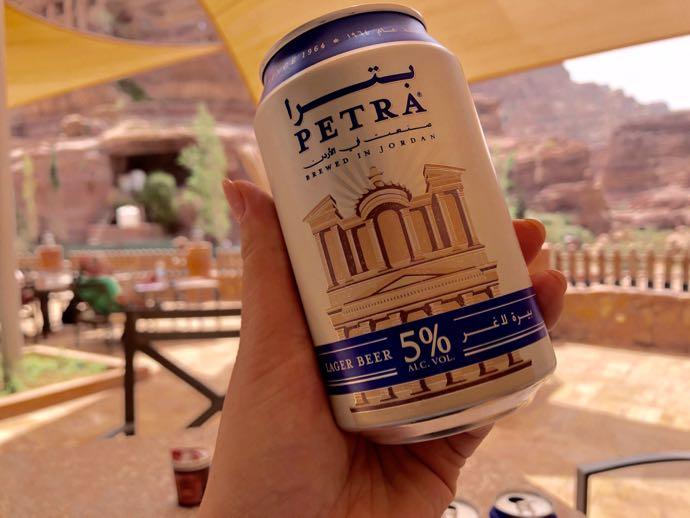 ペトラ遺跡で飲むビール