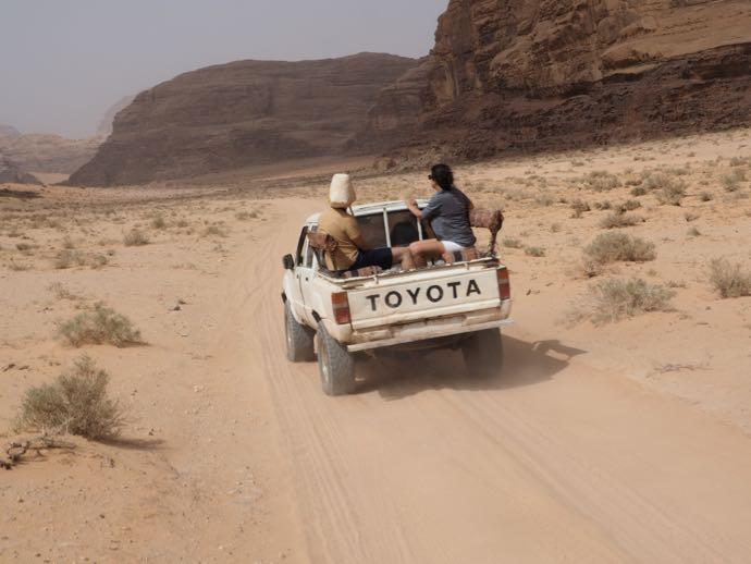 砂漠を走る4WD